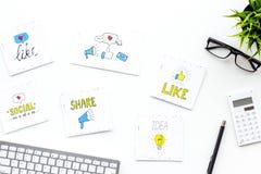 数字式营销 工作营销专家书桌有社会媒介象和标志的在白色背景顶视图 库存照片