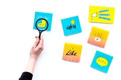 数字式营销 工作营销专家书桌有社会媒介象和标志的 有magnifiger的手在白色 库存照片