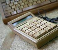 数字式计算器和键盘竹子 免版税库存照片