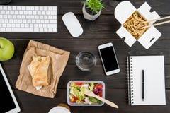 数字式设备顶视图用与杯的食物水大模型 免版税图库摄影