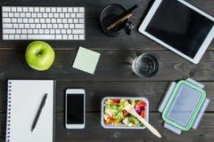 数字式设备顶视图用苹果和沙拉与杯水大模型 免版税图库摄影