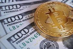 数字式货币概念, bitcoin,其他硬币堆,美国美元票据 免版税库存照片