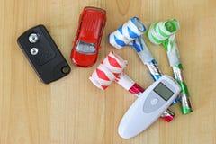 数字式酒精呼吸在汽车遥远的钥匙旁边的测试器设备 免版税库存照片