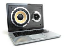 数字式音频或音乐软件概念 膝上型计算机和扩音器 免版税库存照片