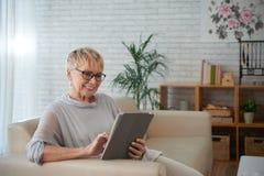 数字式高级片剂妇女 免版税库存照片