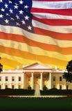 数字式综合:有美国国旗的白宫 图库摄影