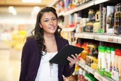 数字式购物片剂妇女 免版税库存照片