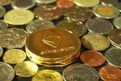 数字式curency概念, ethereum有其他硬币背景,泰国泰铢,港元,菲律宾比索 免版税库存图片