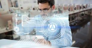数字式tiouching未来派屏幕的商人的引起的图象,当工作在办公室时 库存图片