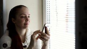 数字技术和通信,在智能手机屏幕上的中年妇女浏览互联网网站,坐  股票录像