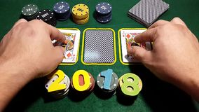 数字是2018年在纸牌筹码 转动在啤牌桌上的卡片 股票录像