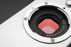 数字照相机传感器 在一台数字式mirrorless照相机的传感器 数字式mirrorless照相机玻璃传感器和透镜登上特写镜头 免版税库存图片