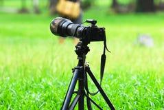 数字照相机和三脚架 库存图片