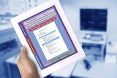 数字片剂陈列搜寻在屏幕上的医疗记录代码 库存照片