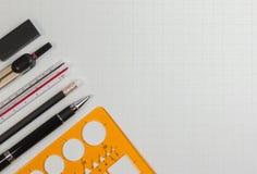 数学办公用品或建筑师桌面有绘图工具塑料模板统治者的,笔,铅笔,橡皮擦 免版税图库摄影