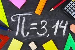 数学符号或标志Pi的在黑板 免版税库存图片