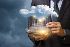 数据传送到云彩从您的片剂 免版税库存照片