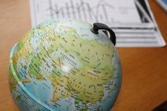 数据形象图表在地球旁边的 库存图片