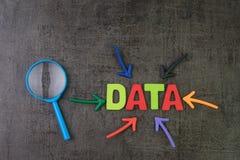 数据科学或搜寻在数据管理概念,指向词数据的多颜色箭头在中心与 免版税图库摄影
