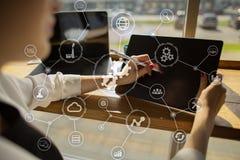 数据集成图和自动化企业互联网在虚屏上的技术概念 免版税图库摄影