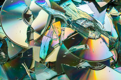 数据破坏:残破的CD和DVD盘 库存图片