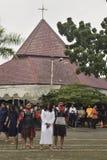 数百天主教徒做十字架的队伍在圣保罗` s教会天气三宝垄,星期五, 2017年4月14日的,用方式  免版税库存照片