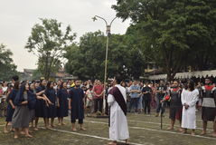 数百天主教徒做十字架的队伍在圣保罗` s教会天气三宝垄,星期五, 2017年4月14日的,用方式  免版税库存图片