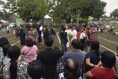 数百天主教徒做十字架的队伍在圣保罗` s教会天气三宝垄,星期五, 2017年4月14日的,用方式  图库摄影