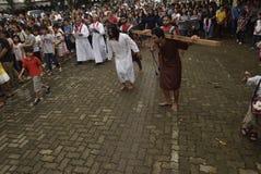 数百天主教徒做十字架的队伍在圣保罗` s教会天气三宝垄,星期五, 2017年4月14日的,用方式  免版税图库摄影