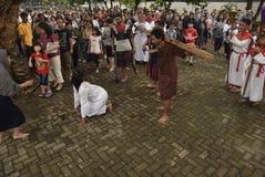 数百天主教徒做十字架的队伍在圣保罗` s教会天气三宝垄,星期五, 2017年4月14日的,用方式  库存图片