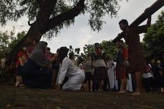 数百天主教徒做十字架的队伍在圣保罗` s教会天气三宝垄,星期五, 2017年4月14日的,用方式  库存照片