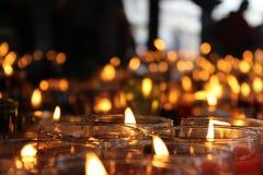 数百宗教蜡烛有unfocoused背景 免版税库存图片