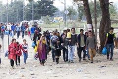 数百移民是在等待在Greec之间的边界 库存照片