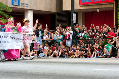 数百观众手表龙在亚特兰大街上的骗局游行 免版税库存照片