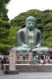 数百香客、游人和当地人民在镰仓参观每天Daibutsu,著名伟大的古铜色菩萨雕象 图库摄影