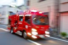 敲响一个锋利的警报器,消防汽车紧急急件熄灭火 库存图片