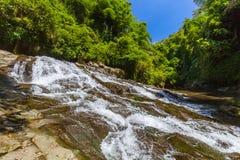 敲响了Reng在巴厘岛印度尼西亚的瀑布 免版税库存图片