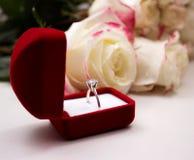 敲响在玫瑰背景的红色箱子  免版税库存图片