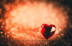 敲响在红色bokeh被构造的闪烁背景的心脏 背景蓝色框概念概念性日礼品重点查出珠宝信函生活纤管红色仍然被塑造的华伦泰 免版税库存图片