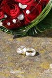 敲响婚姻的玫瑰 免版税库存图片