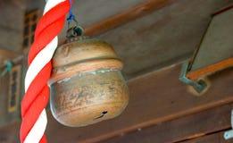 敲响的老日本寺庙响铃 免版税库存图片