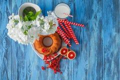 敲响蛋糕用葡萄干,莓果,在木桌上的杯子 免版税库存图片