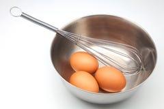 敲打鸡蛋 库存图片