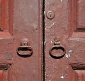 敲门人和木头门vinago瓦雷泽意大利 免版税库存图片