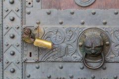 敲门人和锁在一个老大厦的门 免版税图库摄影