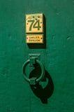 敲门人看法在木门的在圣徒保罗deVence village 免版税库存照片