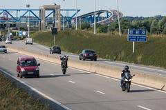 敲驻地Pont与做wheeli的摩托车骑士的de Normandie 库存照片