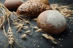 整个与种子的五谷黑麦面筋免费面包在黑人委员会 库存照片