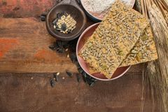 整个五谷小麦面粉、向日葵种子和新被烘烤的cracke 图库摄影