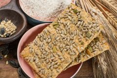 整个五谷小麦面粉、向日葵种子和新被烘烤的cracke 免版税库存照片